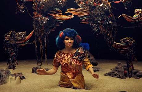 Bjork и титанические плиты в клипе «Mutual Core»